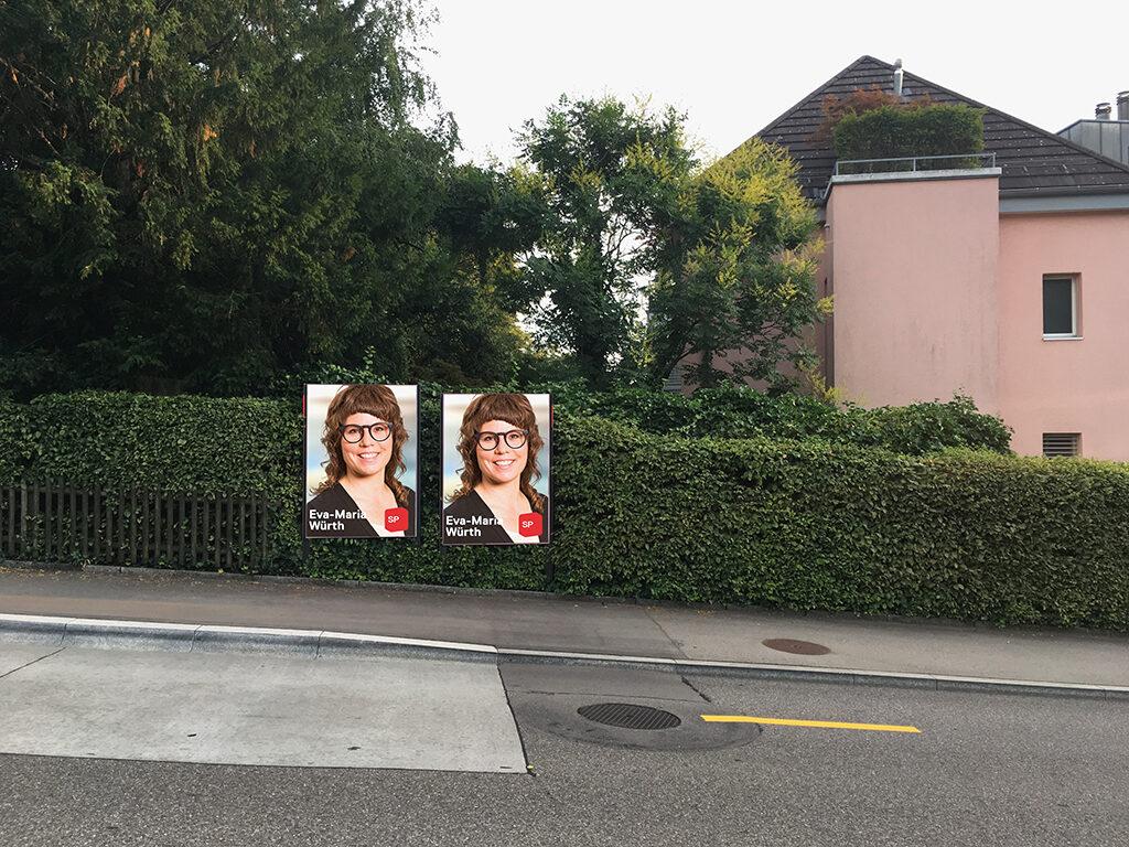 Zu sehen sind zwei Wahlplakate von Eva-Maria Würth (SP - Sozialdemokratische Partei) in Zürich Witikon, die am Strassenrand aufgestellt sind.